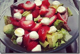 Salad-with-steak,-strawberries,-and-avocado