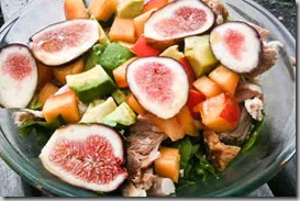 Salad-with-chicken,-figs,-and-peaches