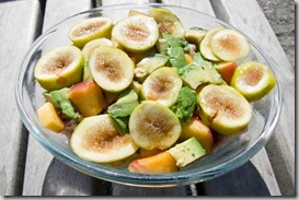 Salad-with-chicken,-figs,-avocado,-and-peaches