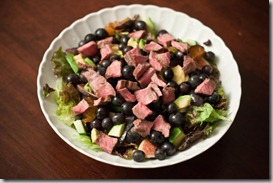 Salad-with-bison-steak,-grapes,-avocado,-plums